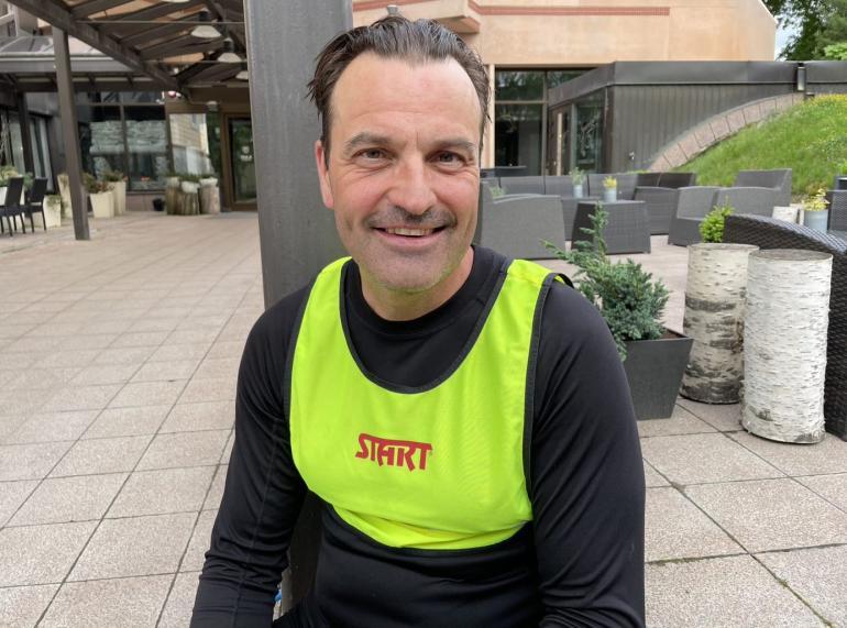 Uskomaton mies. Teemu Virtanen, 53, painoi posket lommolla koko Suomen halki rullasuksilla tasatyönnöllä.