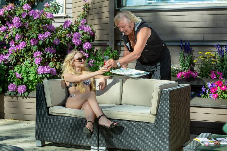 Saisiko olla juotavaa, mademoiselle? Vanhan liiton herrasmiehenä Danny, 78, kiikuttaa mielellään suunkostuketta Helmille, 20, joka on huvilalla rennosti lomalla. – Tämä on kuin paratiisi!