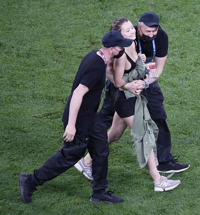 Naisen oli poistuttava stadionilta.