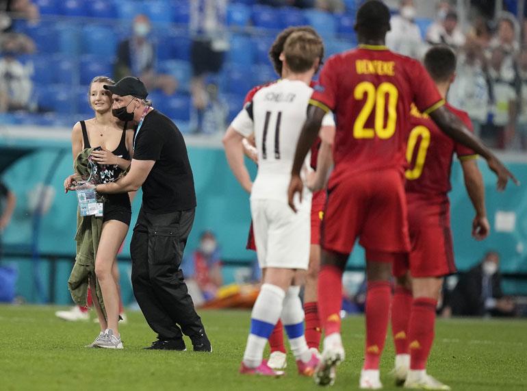 Suomi-Belgia -ottelu keskeytyi nuoren naisen juostua kentälle vähissä vaatteissa.