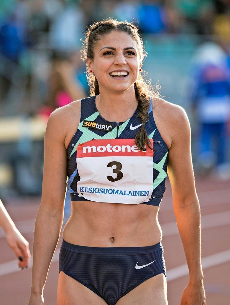 Sporttisen kuuma  Suomen nopeimpiin naisiin lukeutuva aituri on viimeisen päälle huippu-urheilija, ja kroppa sen mukainen. Luonteeltaan iloinen mutta myös äärimmäisen määrätietoinen ja kilpailuhenkinen. Tässä kaunottaressa piisaa ytyä vaikka muille jakaa.