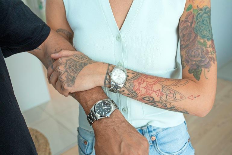  Kellot ovat Armanille rakas harrastus. Hänen kokoelmistaan löytyy muutama vintage-Rolex, joita myös Senay saa käyttää.Kellot ovat Armanille rakas harrastus. Hänen kokoelmistaan löytyy muutama vintage-Rolex, joita myös Senay saa käyttää.