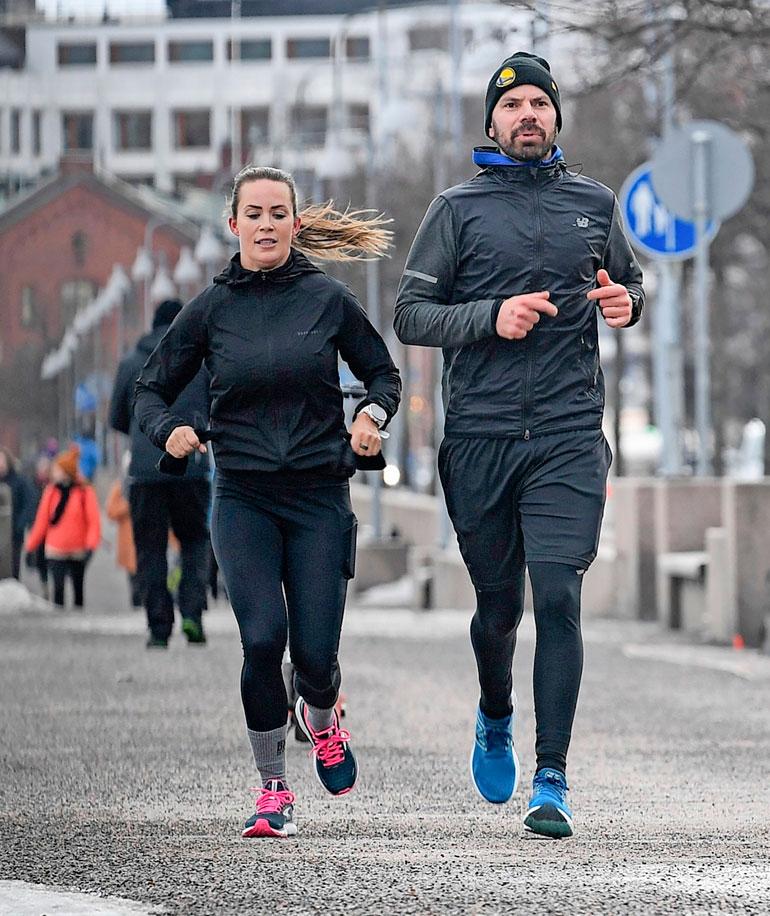 Martina Aitolehti ja Hannu Pikkarainen kuvattiin yhteisellä lenkillä alkukeväästä.