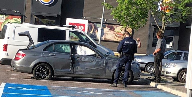 Seiskan silminnäkijän ottamassa kuvassa näkyy selvästi, kuinka vuoden 2007 Mercedes-Benz C 320 on mennyt ruttuun. Myös lauennut turvatyyny, valkoinen poliisiauto sekä Reetu (oikealla) näkyvät kuvassa.