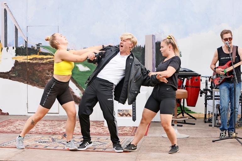 Jyväskyläläiset Riina Puikkonen ja Hanna Nuija ovat omaksuneet Elämä on laiddii -näytelmää varten aidot kasari- ja ysärityylit taustansseihin. – Meillä on yllättävänkin näkyvät roolit. On kivaa päästä tanssimaan monipuolisesti niin erilaisia tansseja.