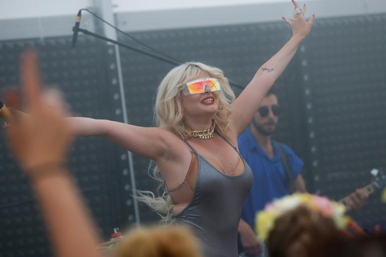 28-vuotiaan laulajan tyyli on vielä hiomaton, vaikka hänet on kouluttanut näyttävistä esiintymisasuistaan tunnettu ex-rakas Danny.