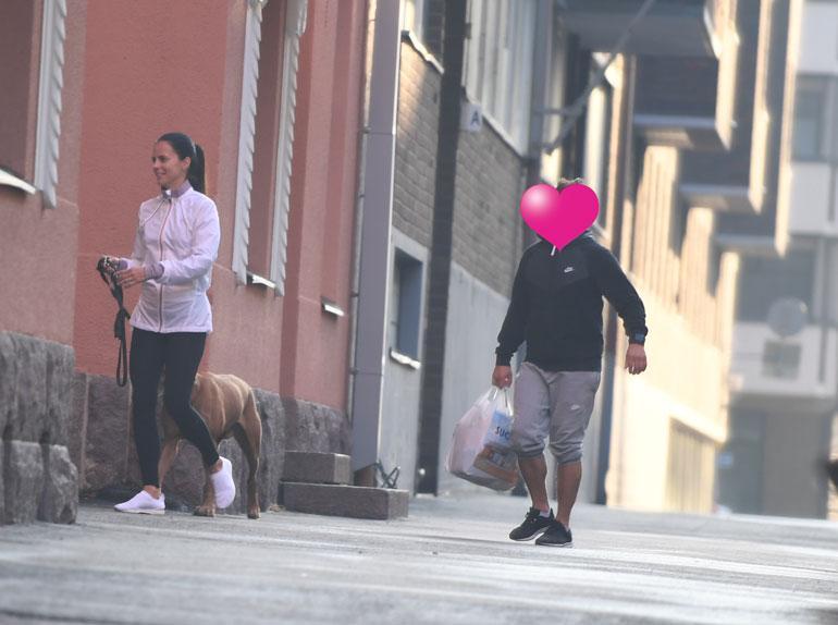Koirapuiston jälkeen Satu vei miesystävänsä kotiin.