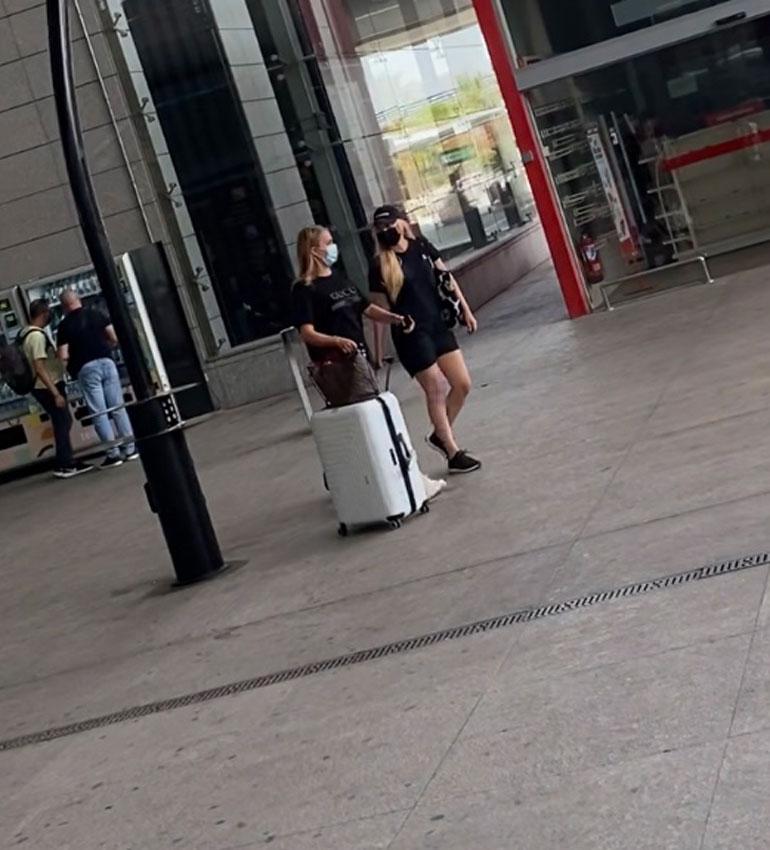 Siepit käyttivät nöyrästi maskeja Malagan lentokentällä liikkuessaan.