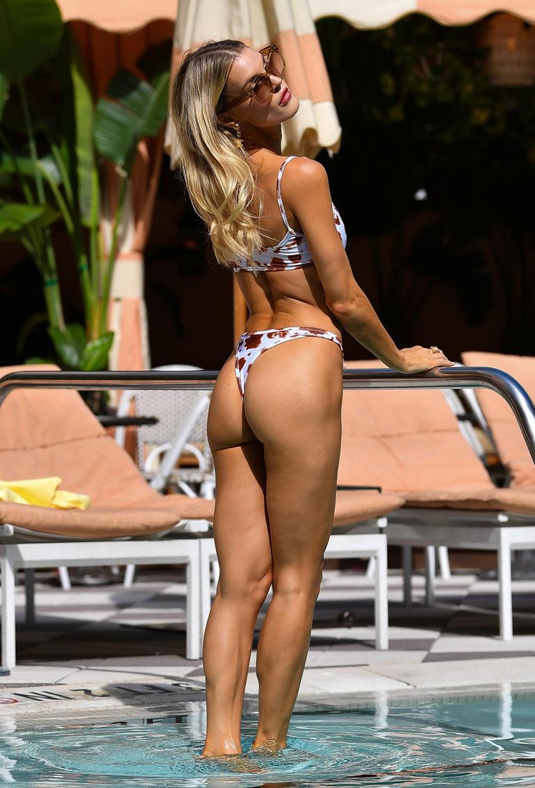 Malli Joy Corrigan joutui tekemään töitä Miamin paahtavassa kuumuudessa. Joy poseerasi kameroille Miami Swim Week -muotitapahtuman merkeissä.