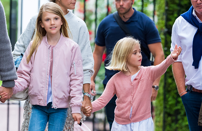 Prinsessa Leonore perheensä kanssa kesäkonsertissa.