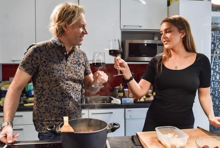 Kape ja Sara kippistävät keittiössä.