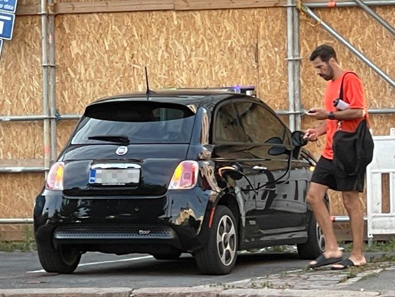 Entinen huippukiekkoilija tälläsi juuri kolhimansa auton lataukseen, vaikka  asiantuntijat varoittavat tulipalon vaarasta.