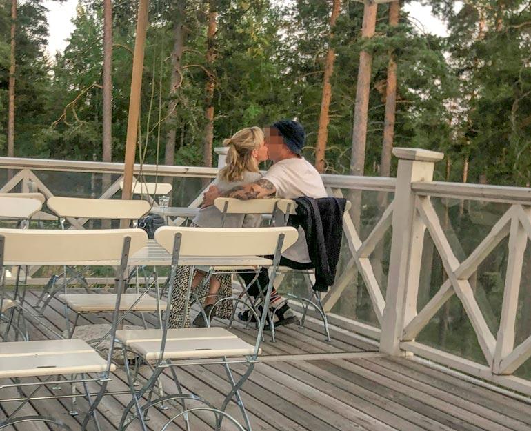 Pariskunta istui terassin peräpöydässä kuhertelemassa.