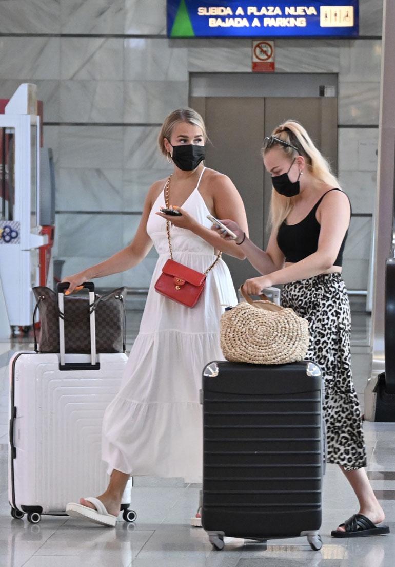 Sara ja Alisa lähtivät hotelliltaan kohti ostoskeskuksia suurten matkalaukkujen kanssa.
