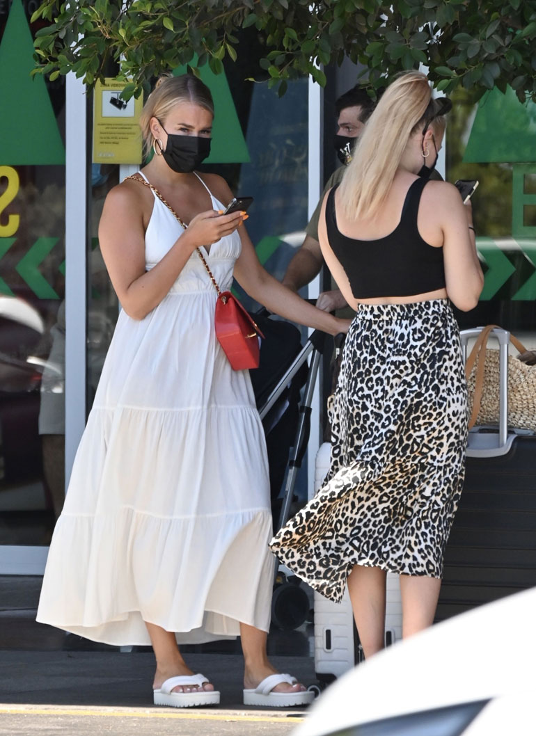 Saran hehkeä ulkonäkö kiinnitti paparazzikuvaajan huomion myös ostoskeskuksen ulkopuolella.