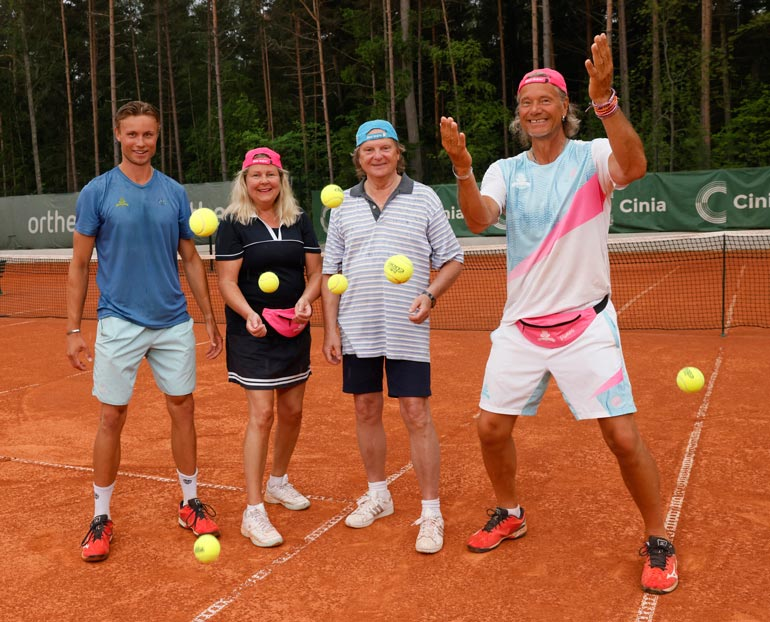 Kesällä pariskunta on nauttinut Hangon kauniista maisemista. Yhteinen harrastus, Jari Hedmanin (oik.) tenniskurssit, pitää avioparin kiireisenä.