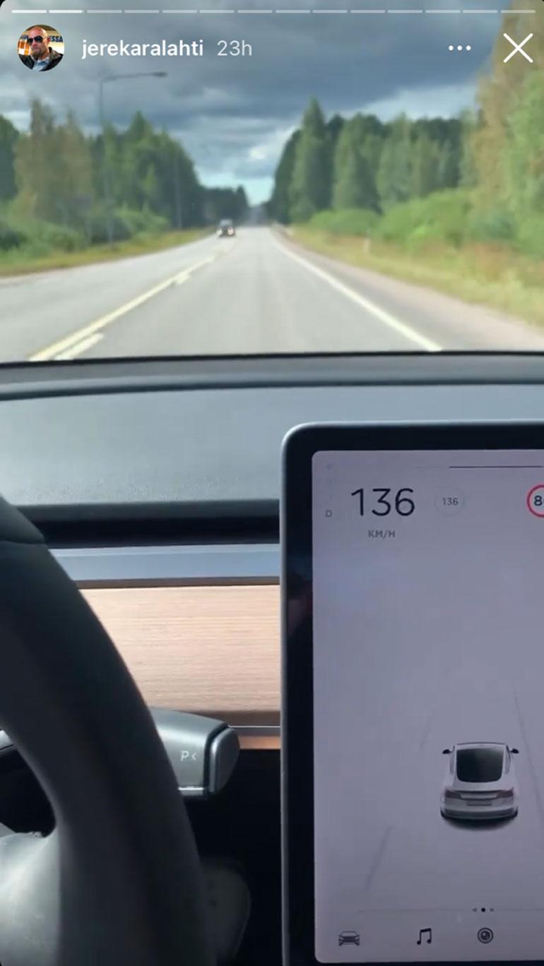 Sekunteja myöhemmin nopeus oli kasvanut jo 136 kilometriin tunnissa. Videon päätteeksi Karalahden auton nopeus oli 139 kilometriä tunnissa.
