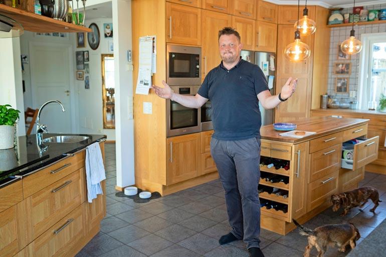 Pariskunnan kotona syödään perinteisiä arkiruokia. Jääkaapissa ei ikinä loju eineksiä, vaan itse tehty ruoka on perheelle tärkeä asia. – Arvostamme koti-iltoja, koska olemme poissa niin usein, Micke kertoo.