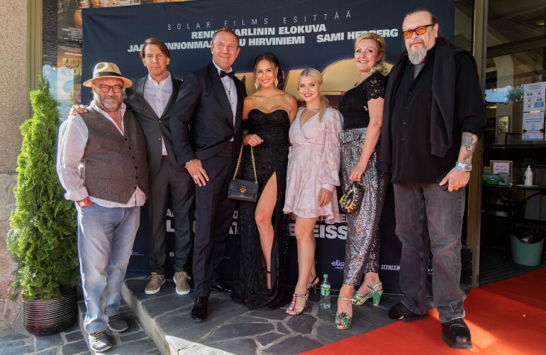 Paikalla elokuvan näyttelijöistä olivat Pertti Sveholm (vas.), Aku Hirviniemi sekä Ilona Chevakova ja Mari Perankoski. Keskellä kuvaa poseeraavat eilen kihlajaisiaan viettäneet Renny ja Johanna Harlin. Oikeassa reunassa komeilee elokuvan tuottaja Markus Selin.