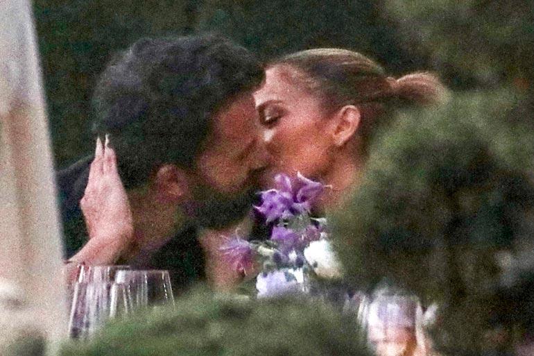 Kaksikon suudelmista saatiin kauan odotettuja kuvia kesäkuussa, kun he kuhertelivat kalifornialaisessa Nobu-ravintolassa.