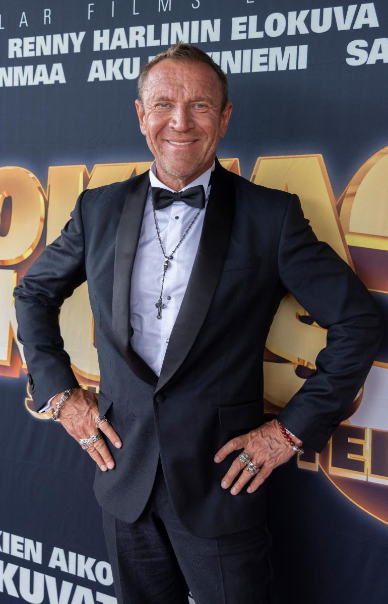 Hollywood-ohjaaja oli sonnustautunut tummaan pukuun, jonka kruunasi ristiriipus.