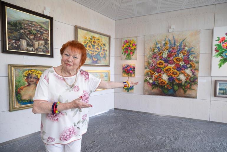 Näyttelijän mukaan monet esiintyvät taiteilijat maalaavat tai tekevät jotain muuta konkreettista käsillään. Hän itse on maalannut lapsesta asti.