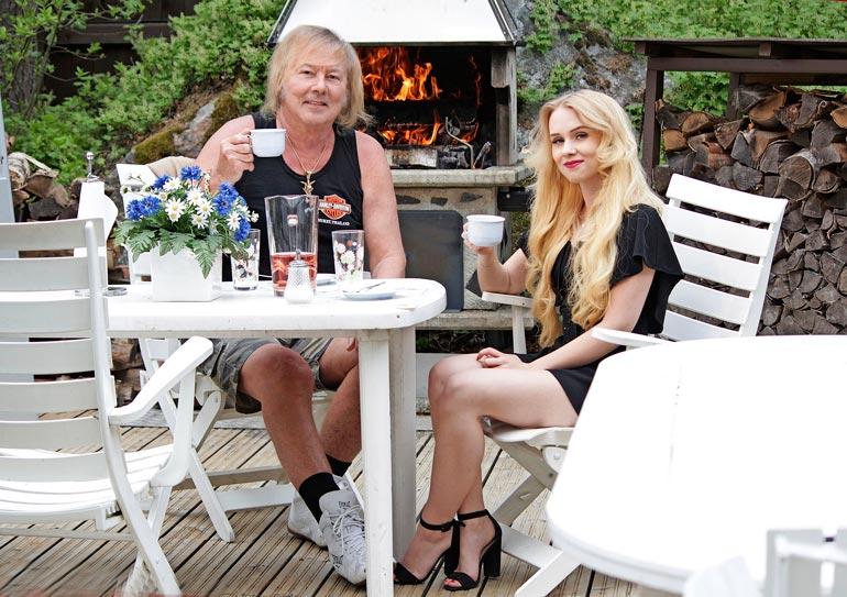 Kippis kesälle! Erinomaisesti kahdestaan viihtyvät Danny ja Helmi käyvät myös sukuloimassa.