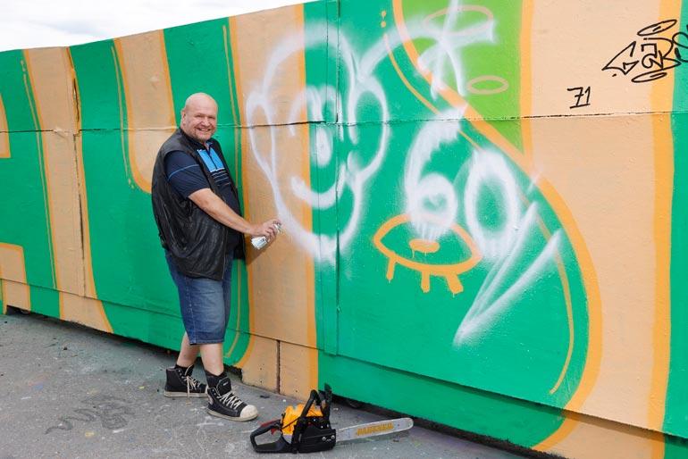 Maukka spreijasi Helsingin kalasatamassa sijaitsevalla luvallisella graffiti-alueella Seiskan pyynnöstä omakuvansa. – Toihan on ihan mun näköinen.