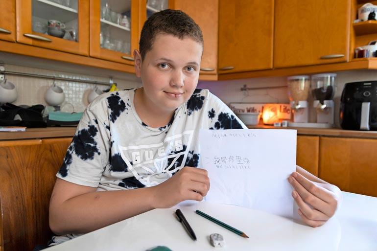 Eric kirjottaa sujuvasti kiinaa, vaikka kiinan kirjoitusmerkkien opiskelu on haastavaa syntyperäisillekin kielen puhujille.