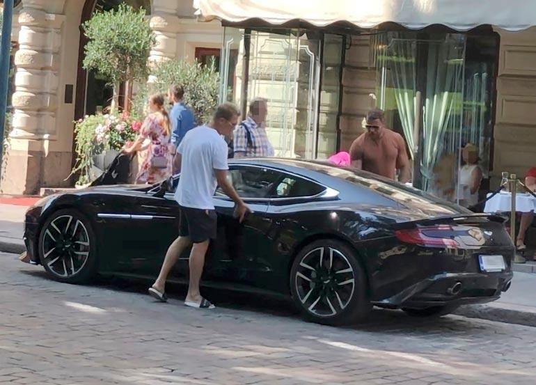 Kaksosveljet Jare ja Jere Tiihonen bongattiin äskettäin Helsingin keskustasta ajelemassa uudella Aston Martinilla.