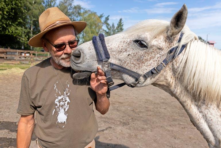 – Kai tämä on auttamisen halua niin eläimiä kuin ihmisiäkin kohtaan. Eläimet ovat hyviä terapeutteja, Heikki sanoo.