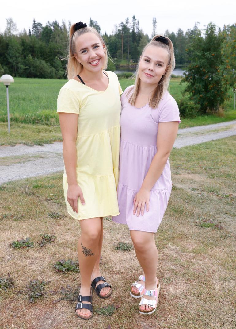 Riina Puikkonen ja Hanna Nuija vastaavat laulunäytelmän vauhdikkaista tansseista.