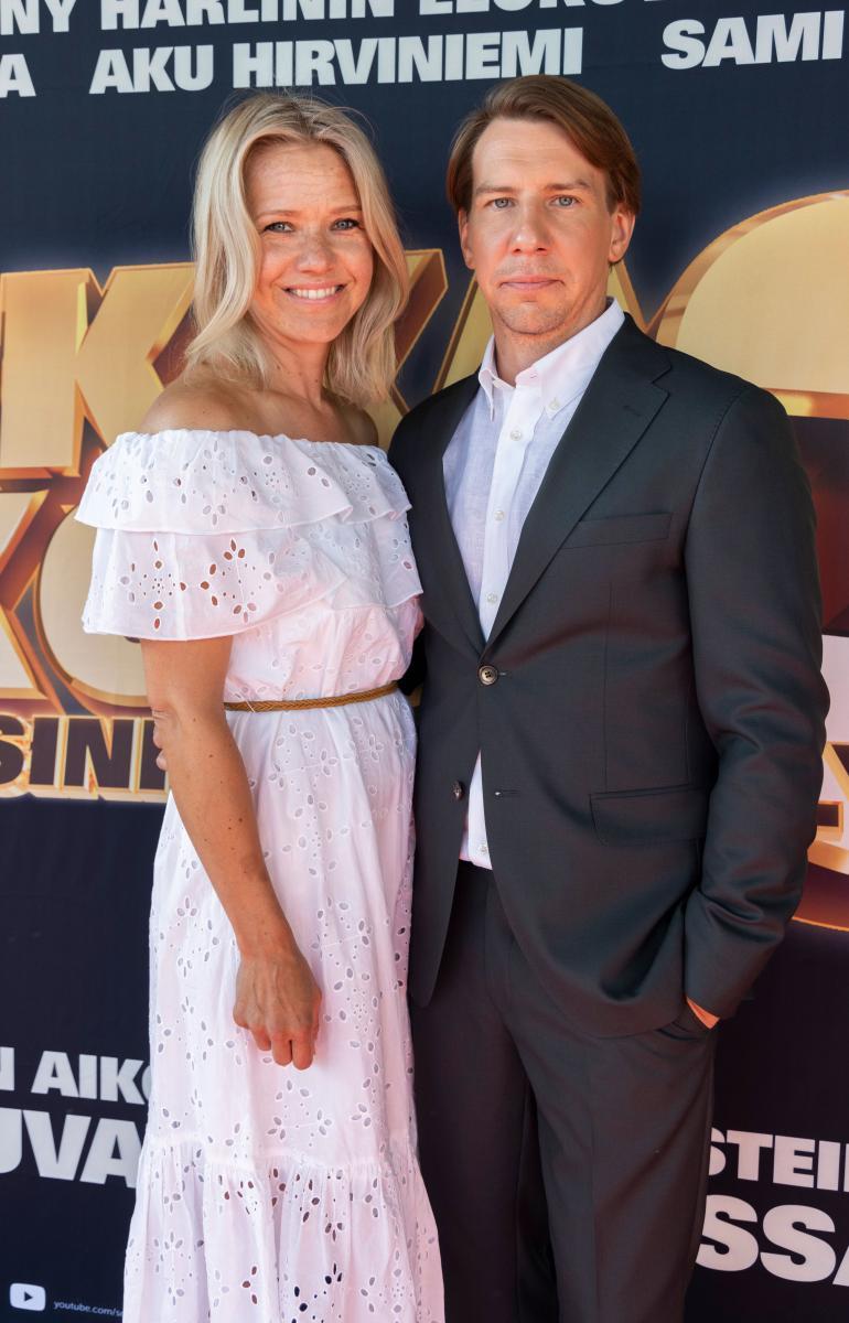 Aku saapui Luokkakokous-elokuvan ensi-iltaan puolisonsa Sonja Kailassaaren kanssa.