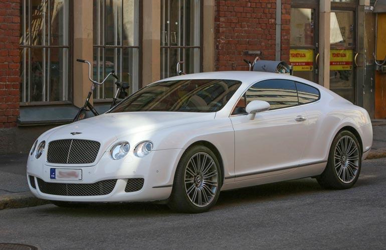 Räppäri kolaroi vuonna 2012 yli 200 000 euron arvoisen Bentley Continental -luksuskaaran sillankaiteeseen Helsingissä. Hän sai suorituksesta sakkotuomion.