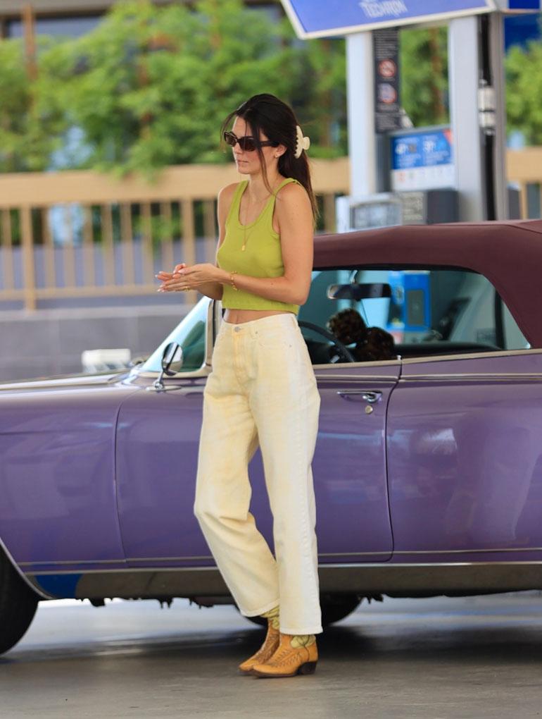 Kendall Jenner herätti huomiota kalifornialaisella huoltoasemalla.