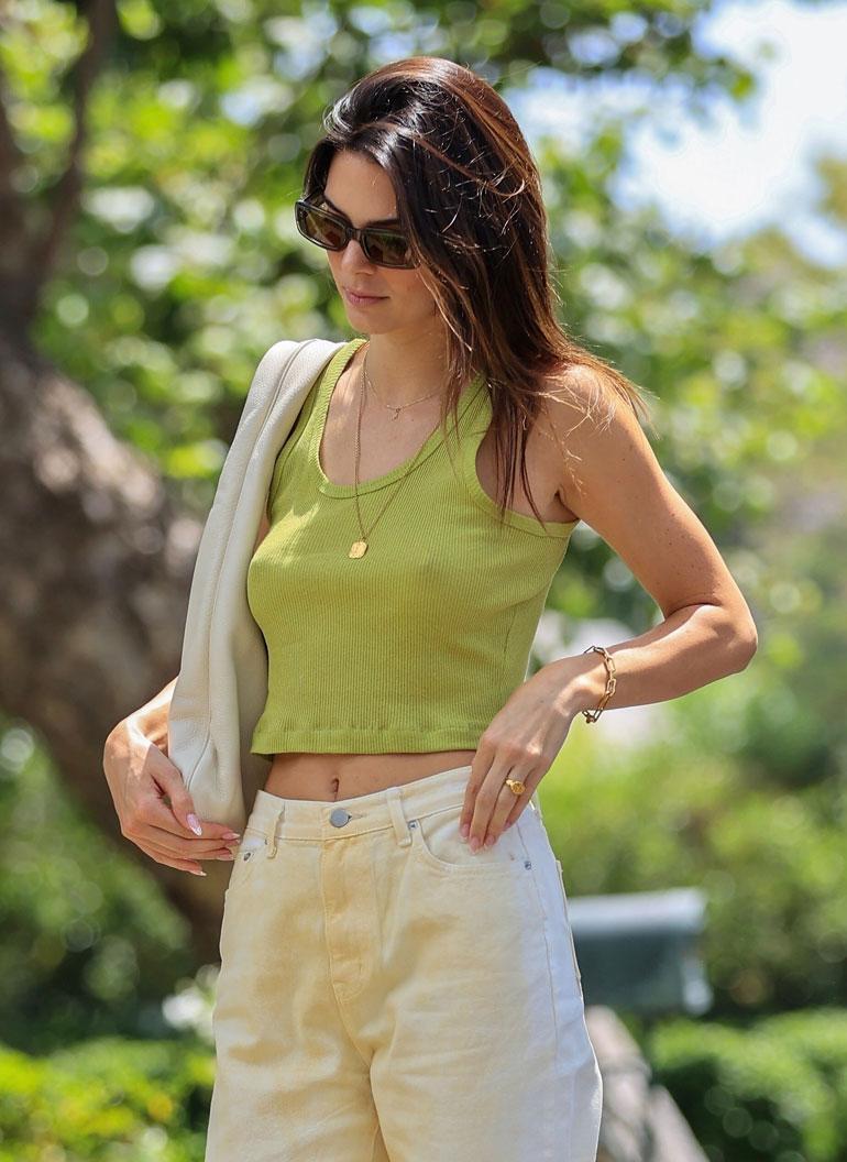 Kendallin rinnat paistoivat paidan alta.