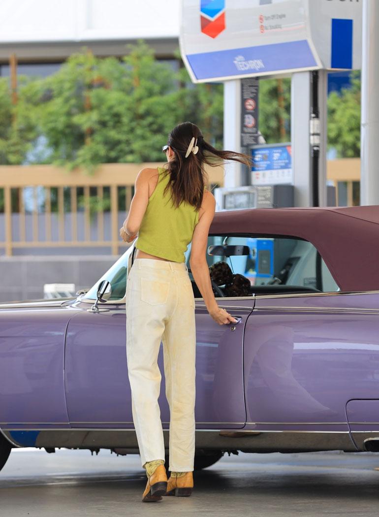 Maksettuaan bensat kassalle, hän hyppäsi takaisin Cadillacinsa rattiin.