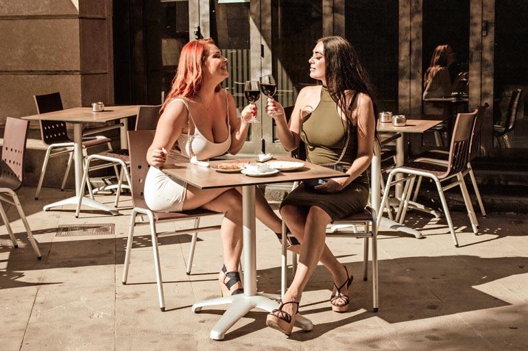 Barcelonasta ei löydy sellaista terassia, jolla Jessicaa ja Elinaa ei tultaisi iskemään. – Haluamme nauttia sangriastamme rauhassa!