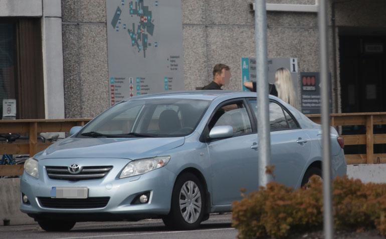 Vaalea Maisa nousi autosta, jonka Mikko oli parkkeerannut aivan sairaalan eteen.
