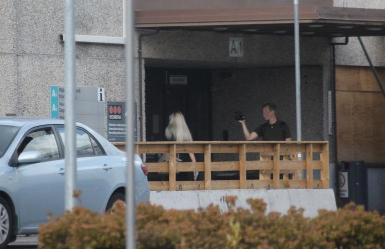 Mikko kuvasi, kun Maisa käveli sisään Hyvinkään sairaalaan.