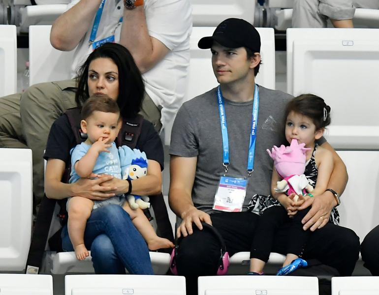 Mila ja Ashton vuonna 2017. Pariskunnan sylissä istuvat heidän lapsensa Dimitri ja Wyatt.