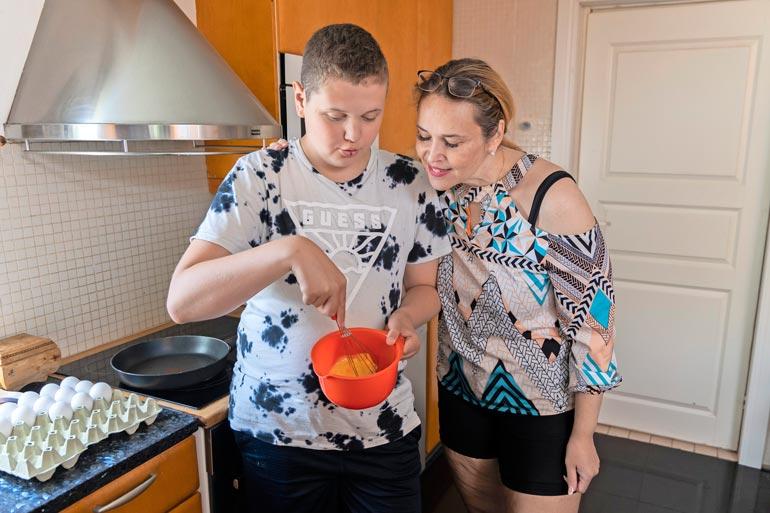 Mirta-äiti ja Eric tekevät paljon yhdessä ruokaa. – Eric innostui kokkaamisesta niin, että on tehnyt oman kokkiohjelman YouTubeen.