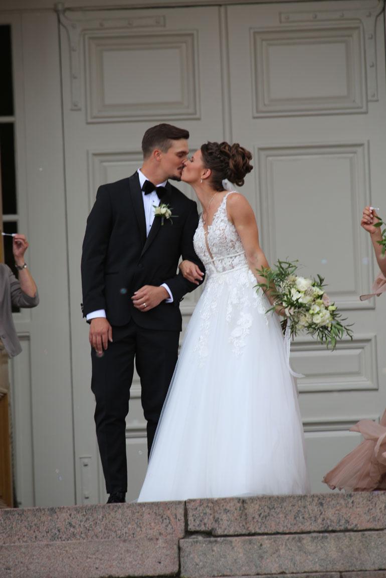 Tuore aviopari ja lemmekäs suudelma.