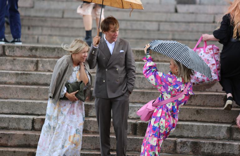Tuuli meinasi riuhtaista Veronican sateenvarjon mukaansa. Myös Aku ja Sonja joutuivat virtausten riepottelemiksi.