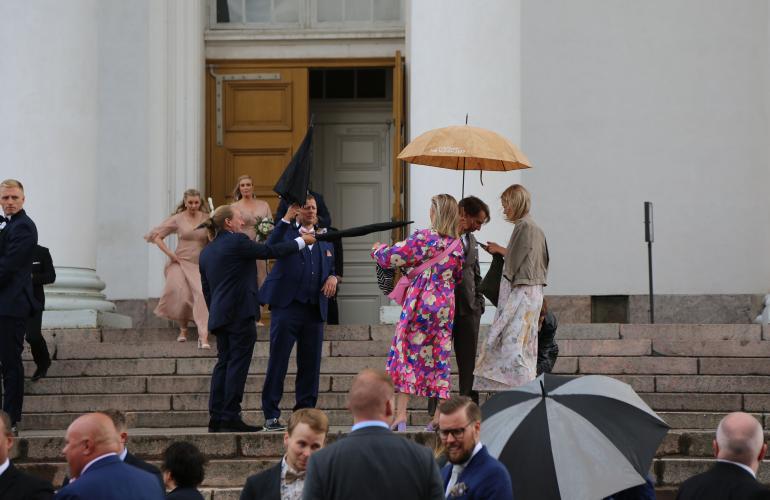 Jarppi osoitteli Veronicaa hieman vaarallisen näköisesti sateenvarjollaan.