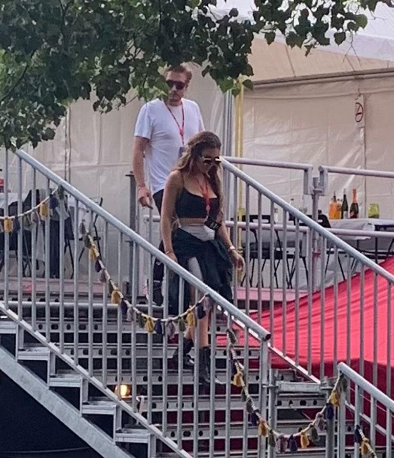 Sofia Belórf ja Stefan Therman laskeutuivat VIP-katsomosta tavallisen kansan pariin, kun paria miellyttävä keikka oli alkamassa.