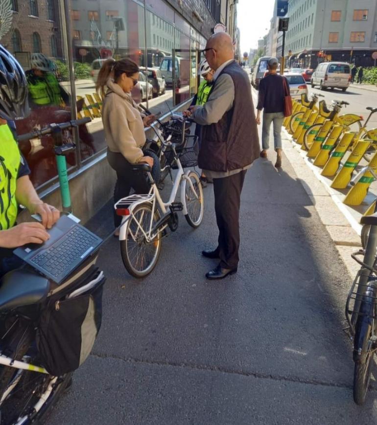 Kaksi polkupyöräpoliisia pysäytti Sofian maanantaina (31.8.) Helsingin Albertinkadulta. Paikalle osunut jalankulkija ikuisti tilanteen.
