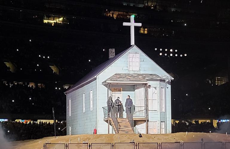 Tilaisuudessa nähtiin myös Kanyen äidin, Dondan kotitalosta rakennettu jäljennös.