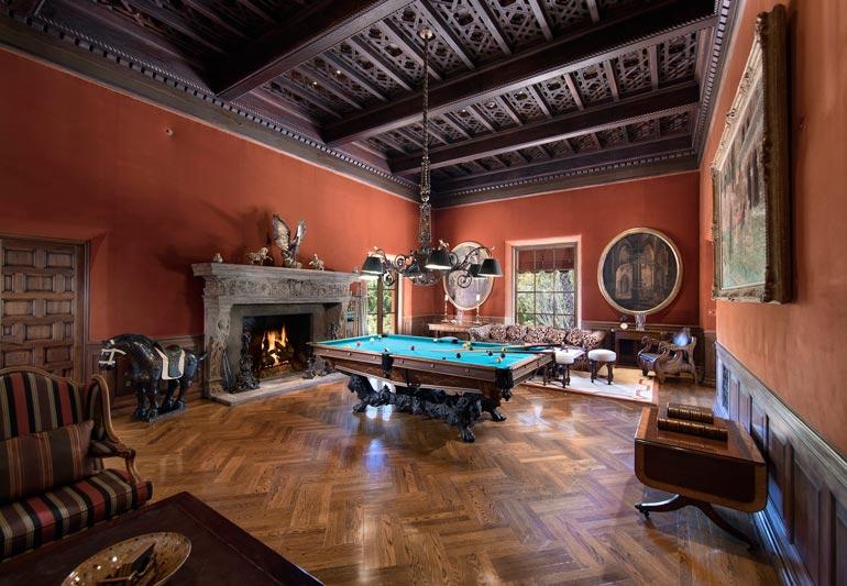 Tällaista takkaa ja biljardipöytää ei helpolla löydä. Niiden koristeellisuus on ihailtavaa.
