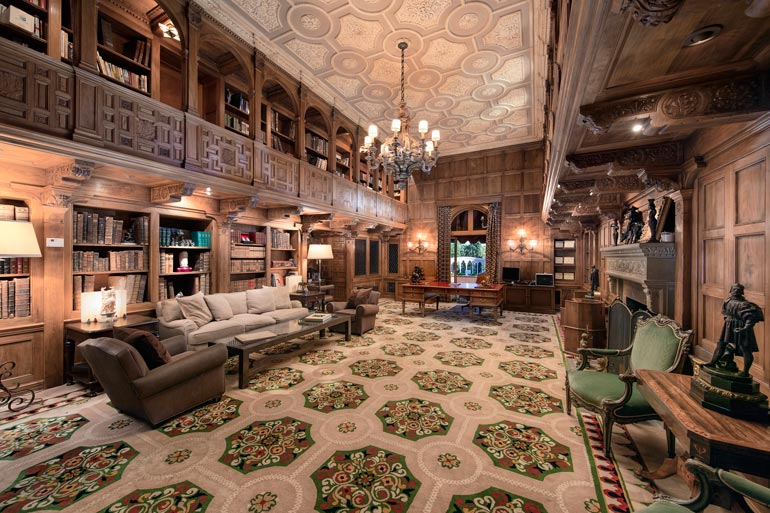 Kirjastossa on tuulahdus historian havinaa, ja tila on ehdottomasti yksi asunnon helmistä. Tuoliin voisi melkein kuvitella istumaan Marlon Brandon esittämän Vito Corleonen.